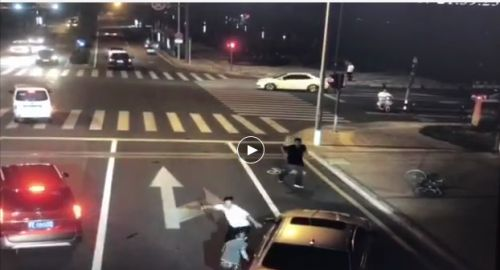 宝马男持刀砍骑车男反被杀!属于正当防卫?